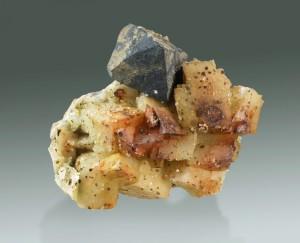 Galena sobre dolomita. Mina Règia, Bellmunt del Priorat, Tarragona, Catalunya.  Mides: 7.5 x 6.8 x 3.2 cm. Cristall aresta: 24 mm.  Col·lecció Albert Vaquero