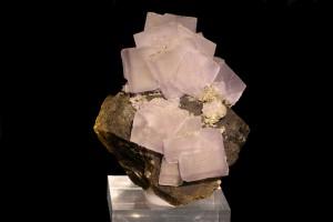 Fluorita lila sobre siderita amb pirita. Mines de Panasqueira, Portugal. Mides: 8,2 x 6,2 cm.  Col·lecció Carles Manresa.